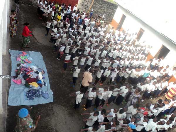 Distribution d'habits aux oev du centre Bujovu